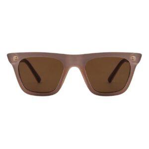 Fine solbrille i light greyfraA.Kjærbede Super flotte lysegråsolbrillerfra det populæredanske mærke A.Kjærbede. De flotte Fine solbriller fra A.Kjærbede har et super moderne design med stærke scratch-resistant polykarbonatlinser så de ikke så