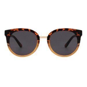 GraysolbrilleDemi Tortoise fraA.Kjærbede Super flotteleopardsolbrillerfra det populæredanske mærke A.Kjærbede. De flotteGray solbriller fra A.Kjærbede har et super moderne design med stærke scratch-resistant polykarbonatlinser så de ikke